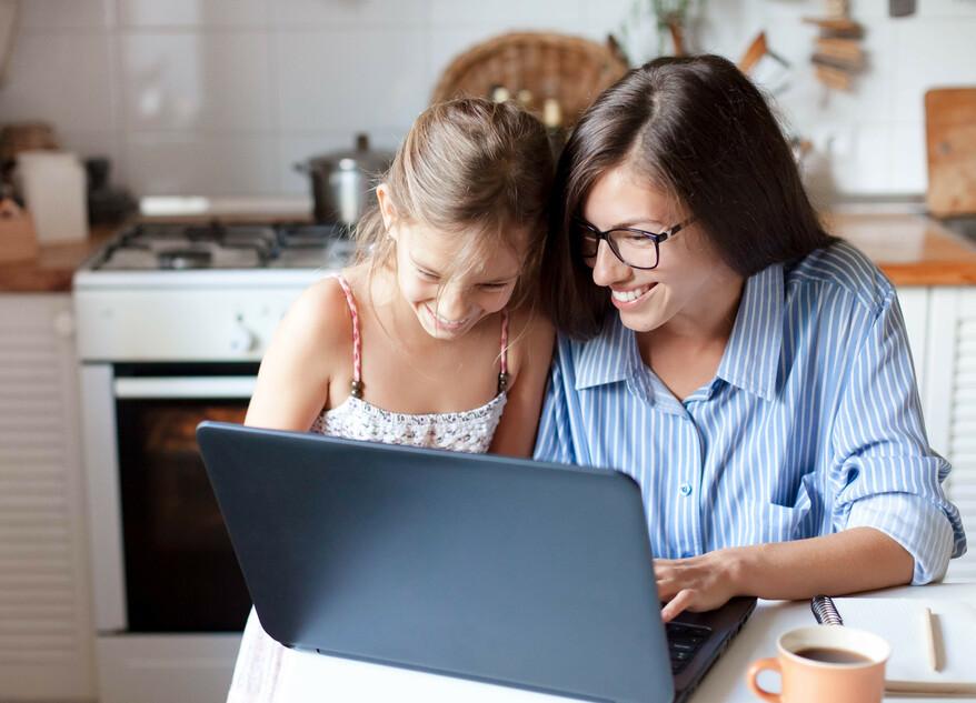 Abbildung Mutter mit Tochter und Laptop