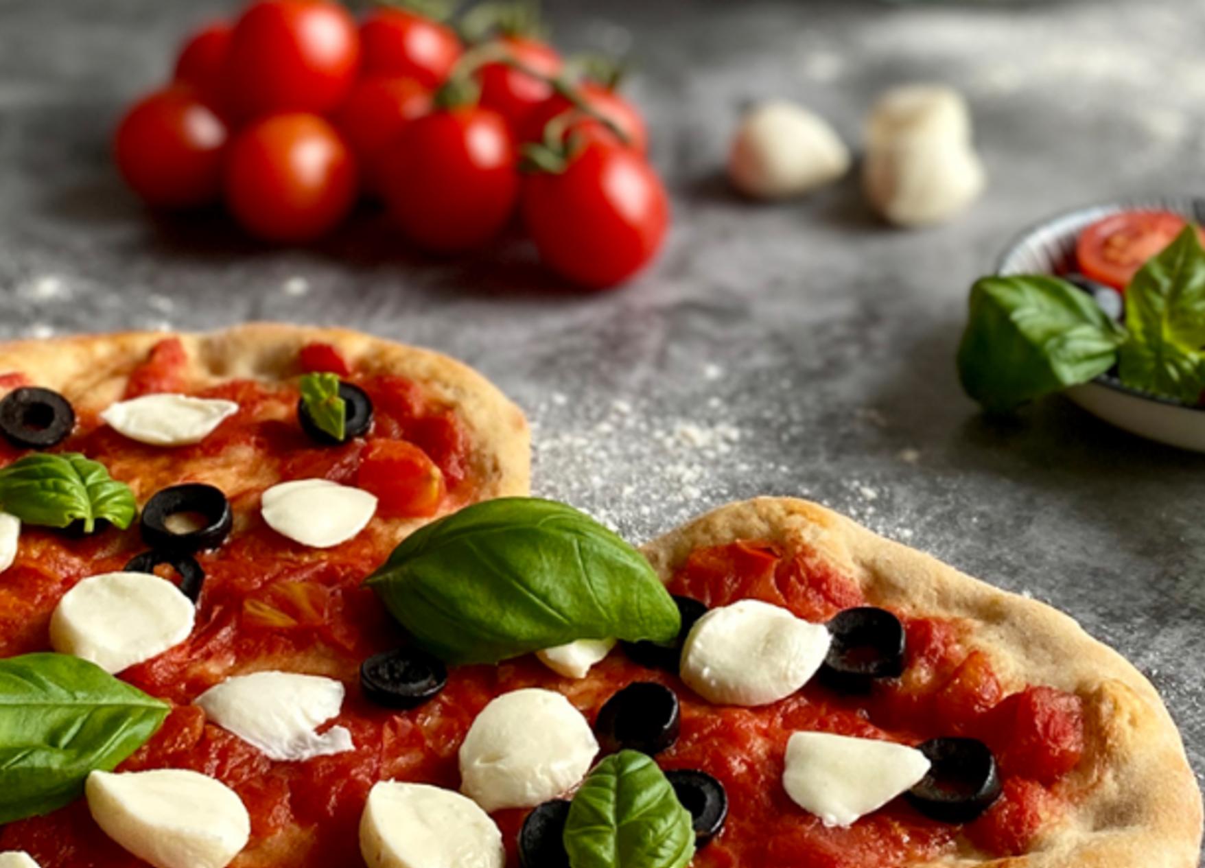Picture emmer pizza with tomatoe and mozzarella