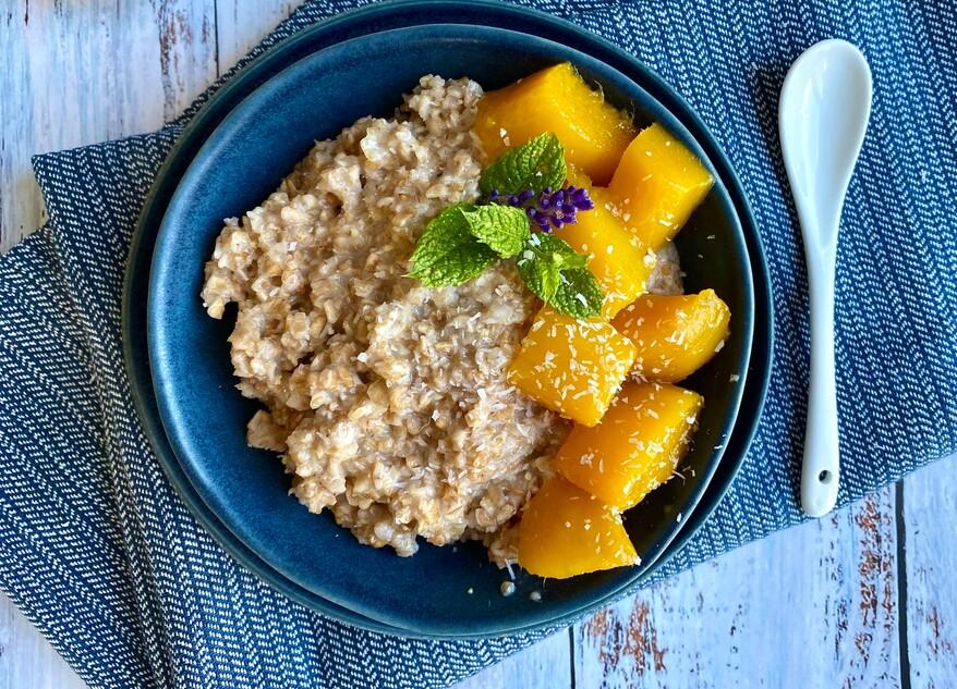 Dinkelflocken-Kokos-Mango-Porridge